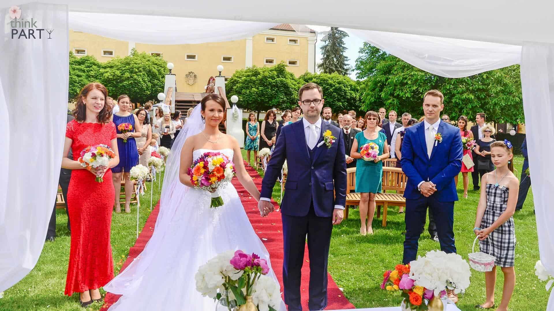 Svatební koordinátorka před oltářem