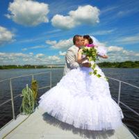 Novomanželé na přídi