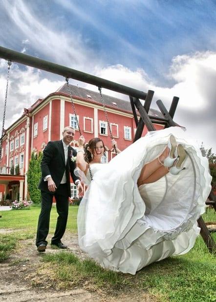 Novomanželé v zahradě
