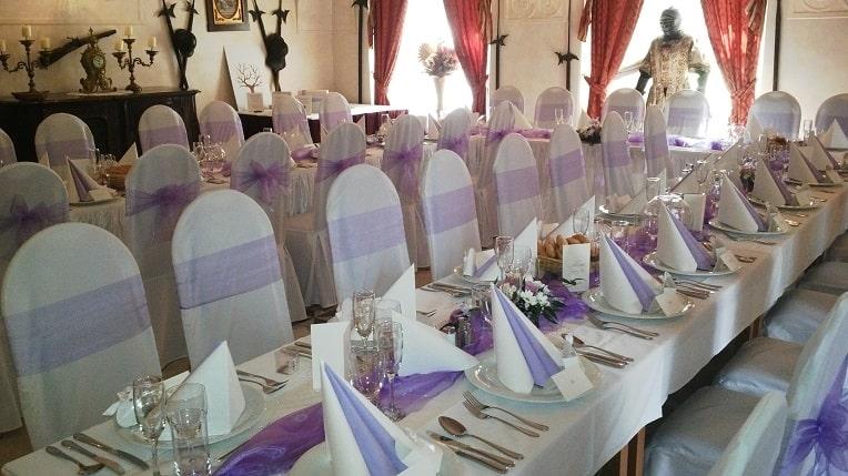 Svatební hostina fialová