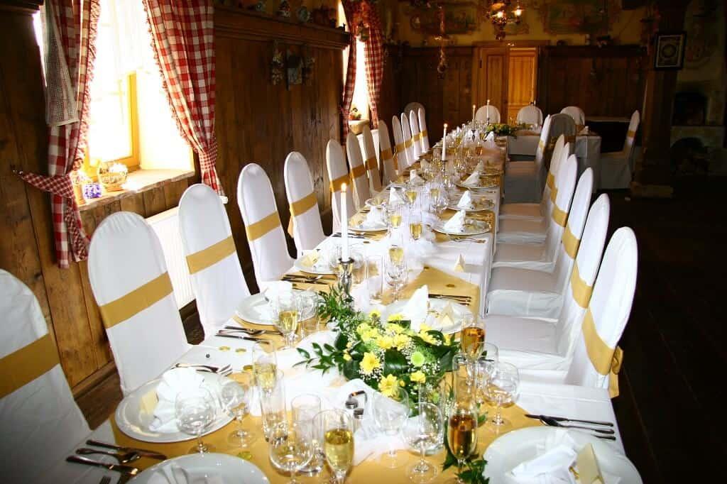 Svatební hostina žlutá