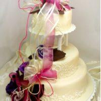 Svatební dort patrový s květinami