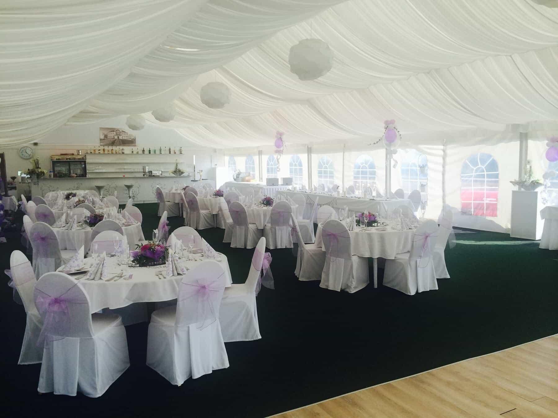 Svatební hostina do fialova