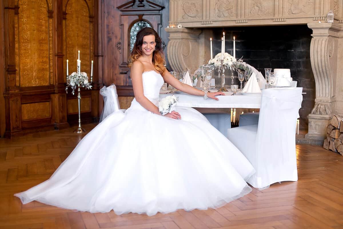 Zámek Průhonice - nevěsta v Rytířském sálu u krbu