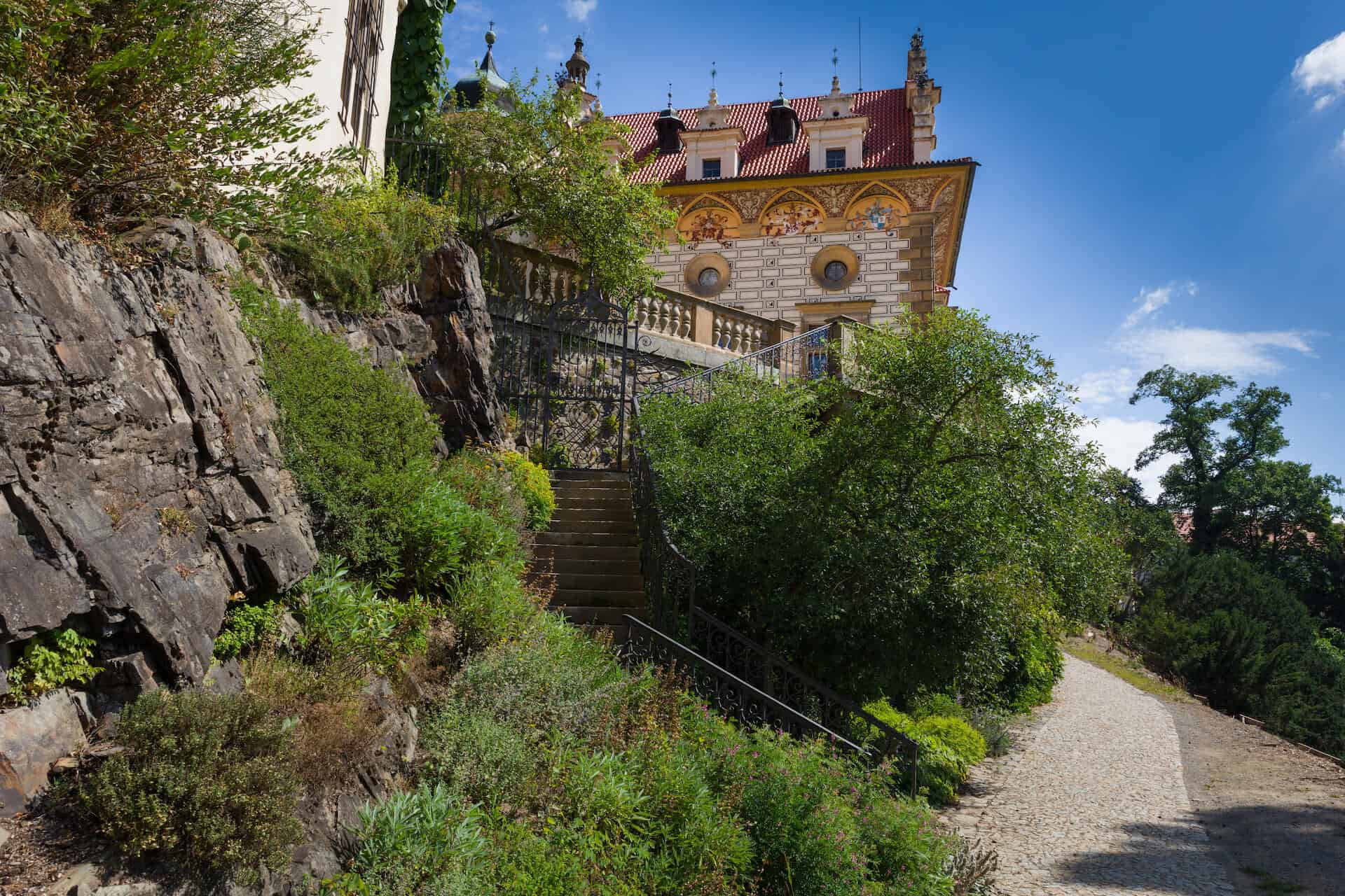 Zámek Průhonice - schody na Malé nádvoří