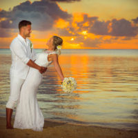 Deluxea novomanželé na pláži