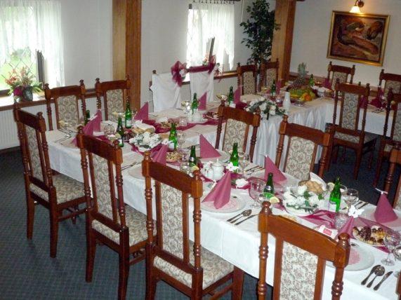Golemův restaurant salonek - svatební tabule výzdoba