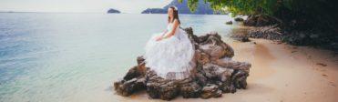 Nevěsta sedící na skále u moře
