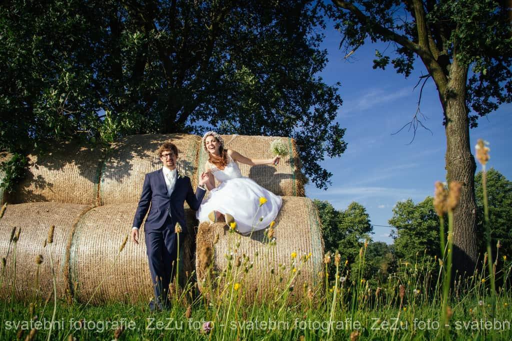 Strnadovský mlýn novomanželé na senu