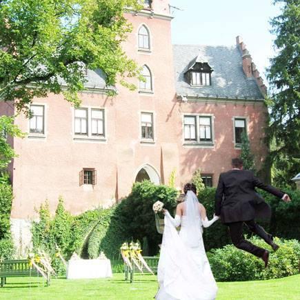 Zámek Červený Hrádek - novomanželé před zámkem