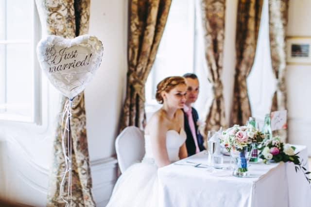 Novomanželé u stolu Zámek Hostačov