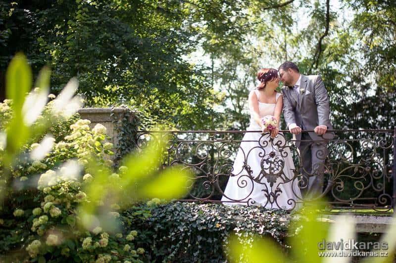 Zámek Červený Hrádek - novomanželé v parku