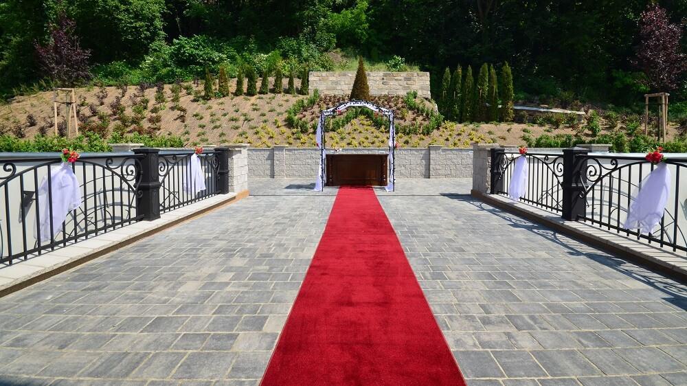 Svatební obřad na zámeckém mostu