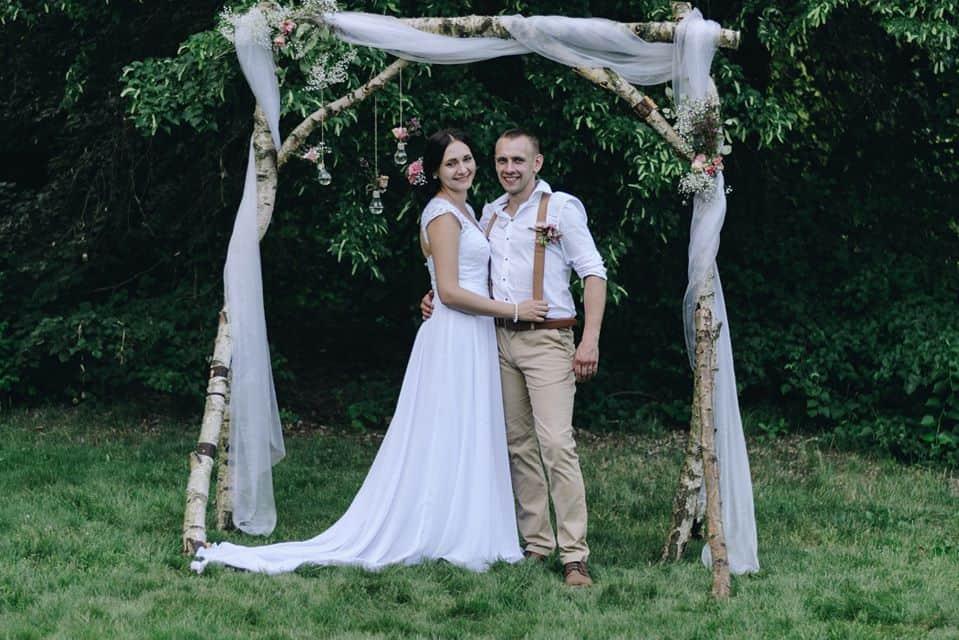 Peckův mlýn - novomanželé pod bránou