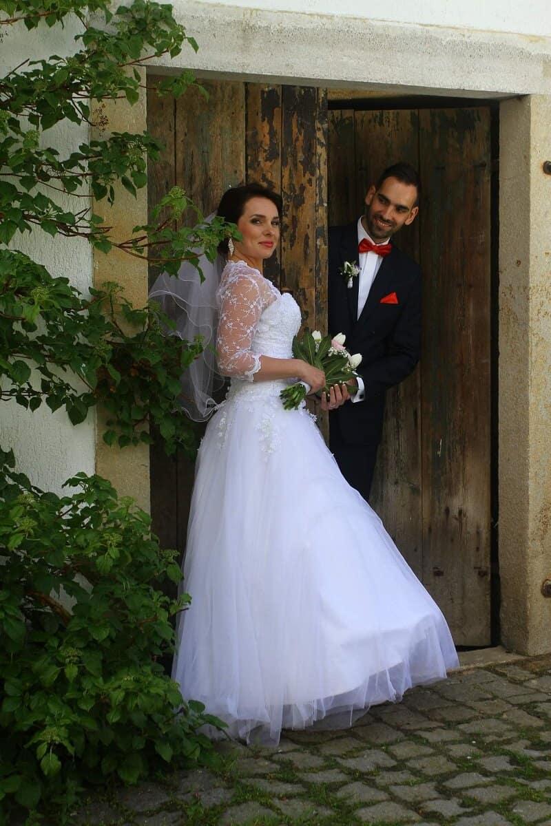Peckův mlýn - novomanželé ve dveřích