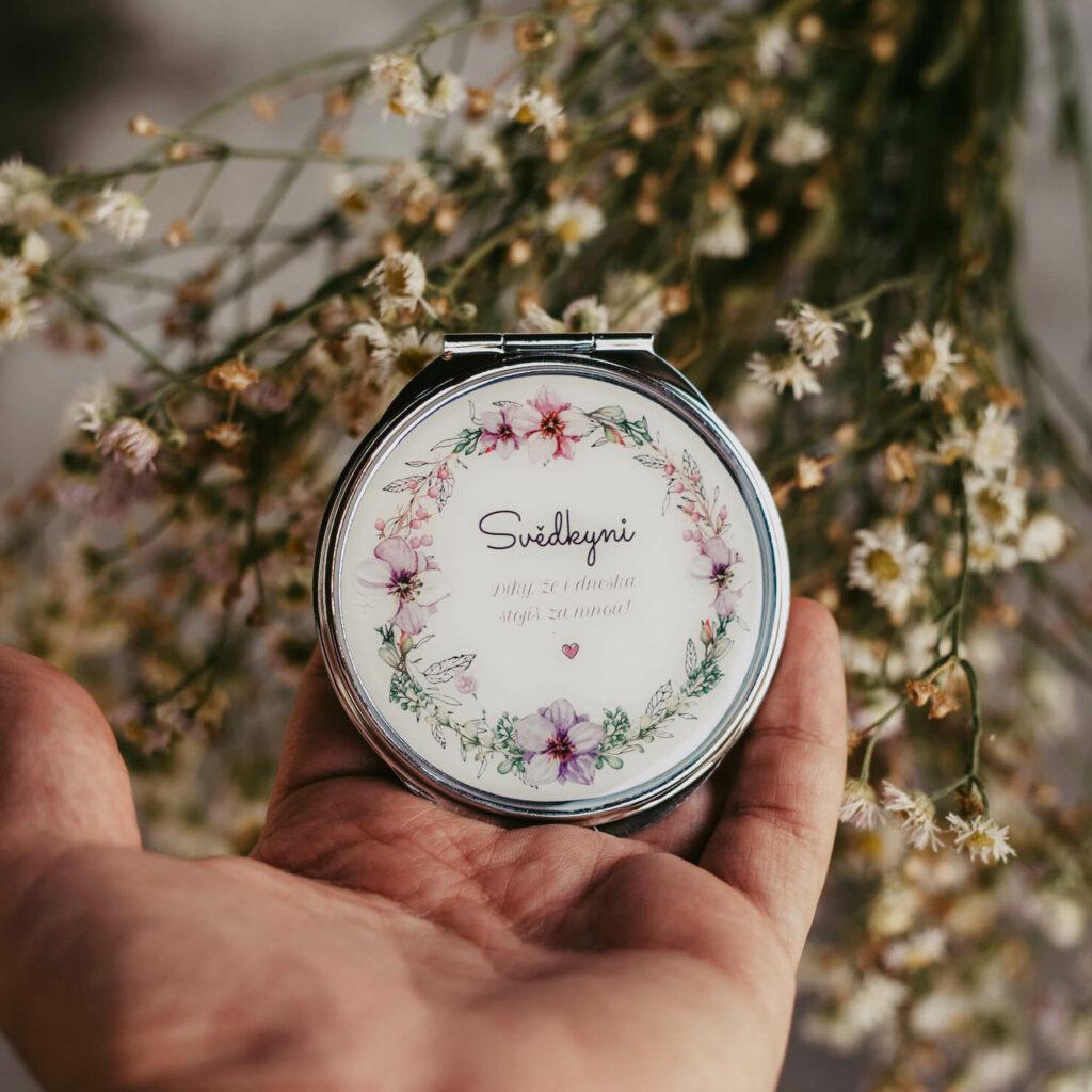 Dárek pro svatební hosty - zrcátko pro svědkyni s kvítky
