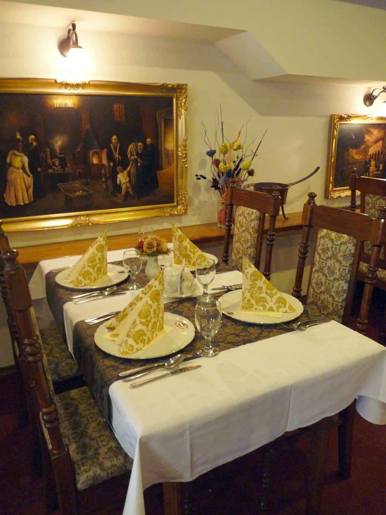 Golemův restaurant - prostřený stůl pro 4 osoby