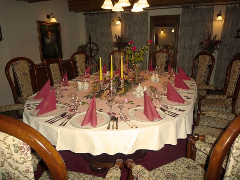 Golemův restaurant - malý salonek se svatební tabulí