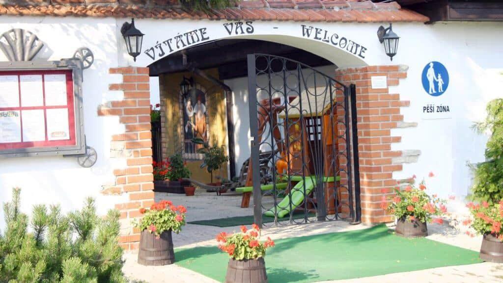 Golemův restaurant - kovaná brána do restaurantu