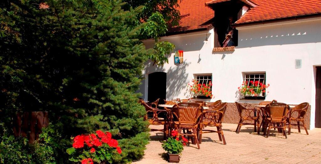 Golemův restaurant - vstup na zahrádku s venkovním posezením