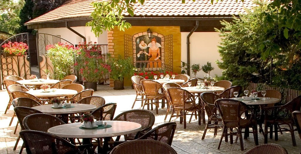 Golemův restaurant - zahrádka s venkovním posezením