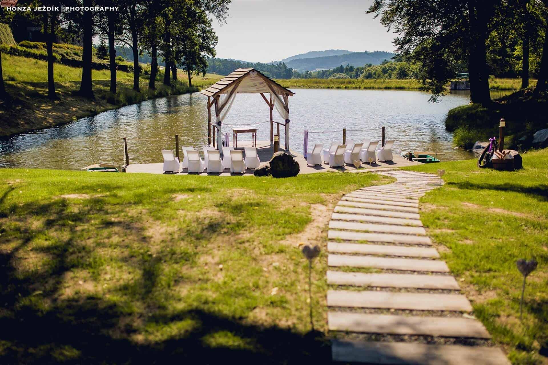 Hotel Všetice - obřad u rybníka