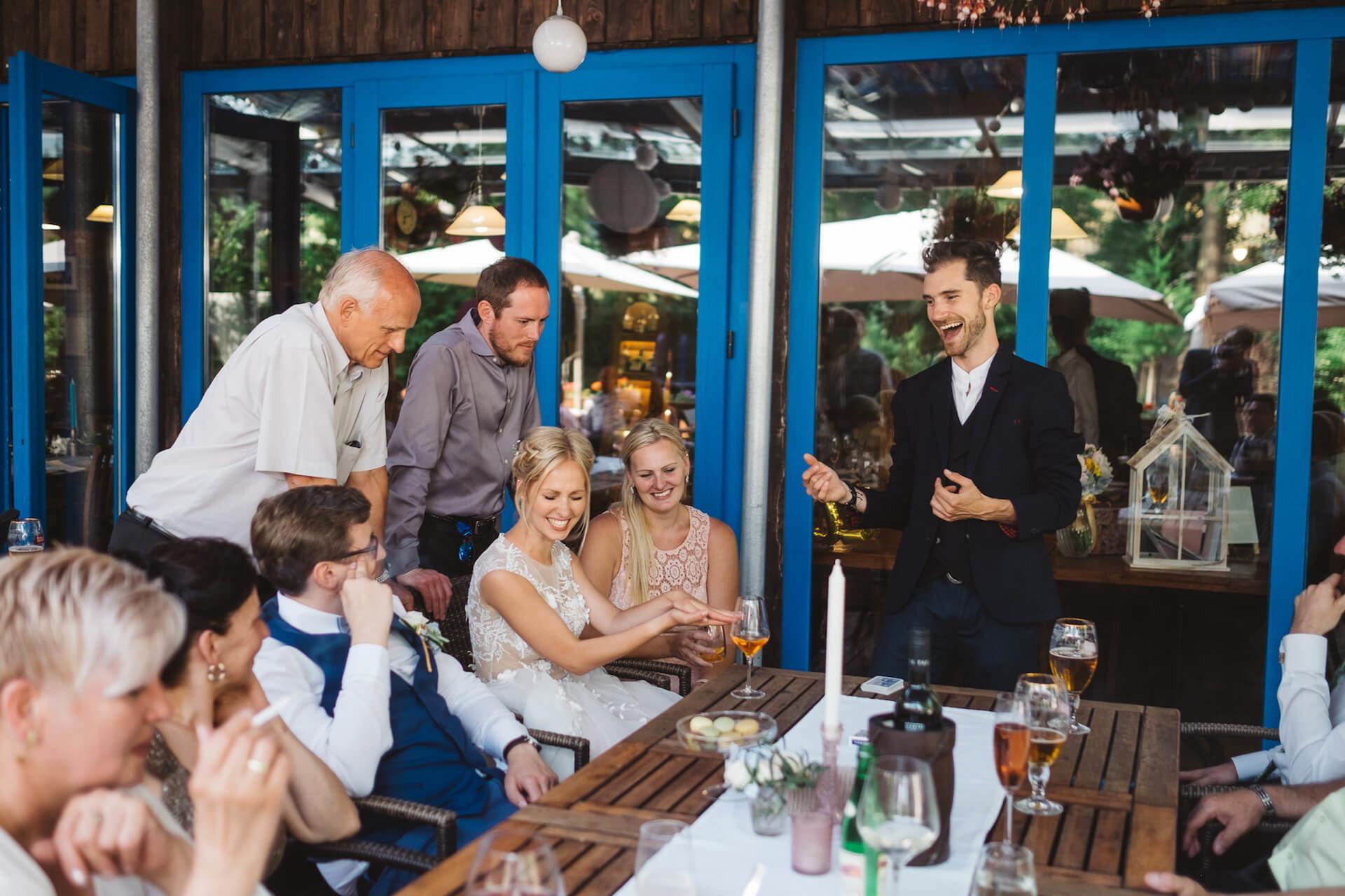 Kouzelník Martin Kellman - mikromagie na svatbě aneb kouzlení u stolu