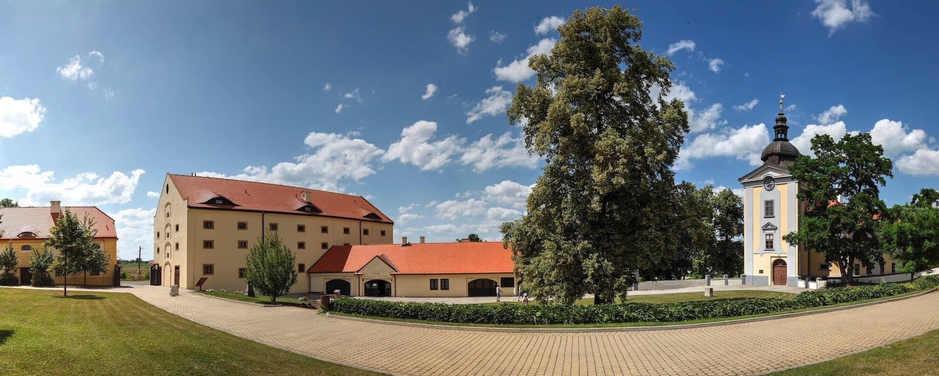 Zámecký areál Ctěnice - pohled na hotel a zámek