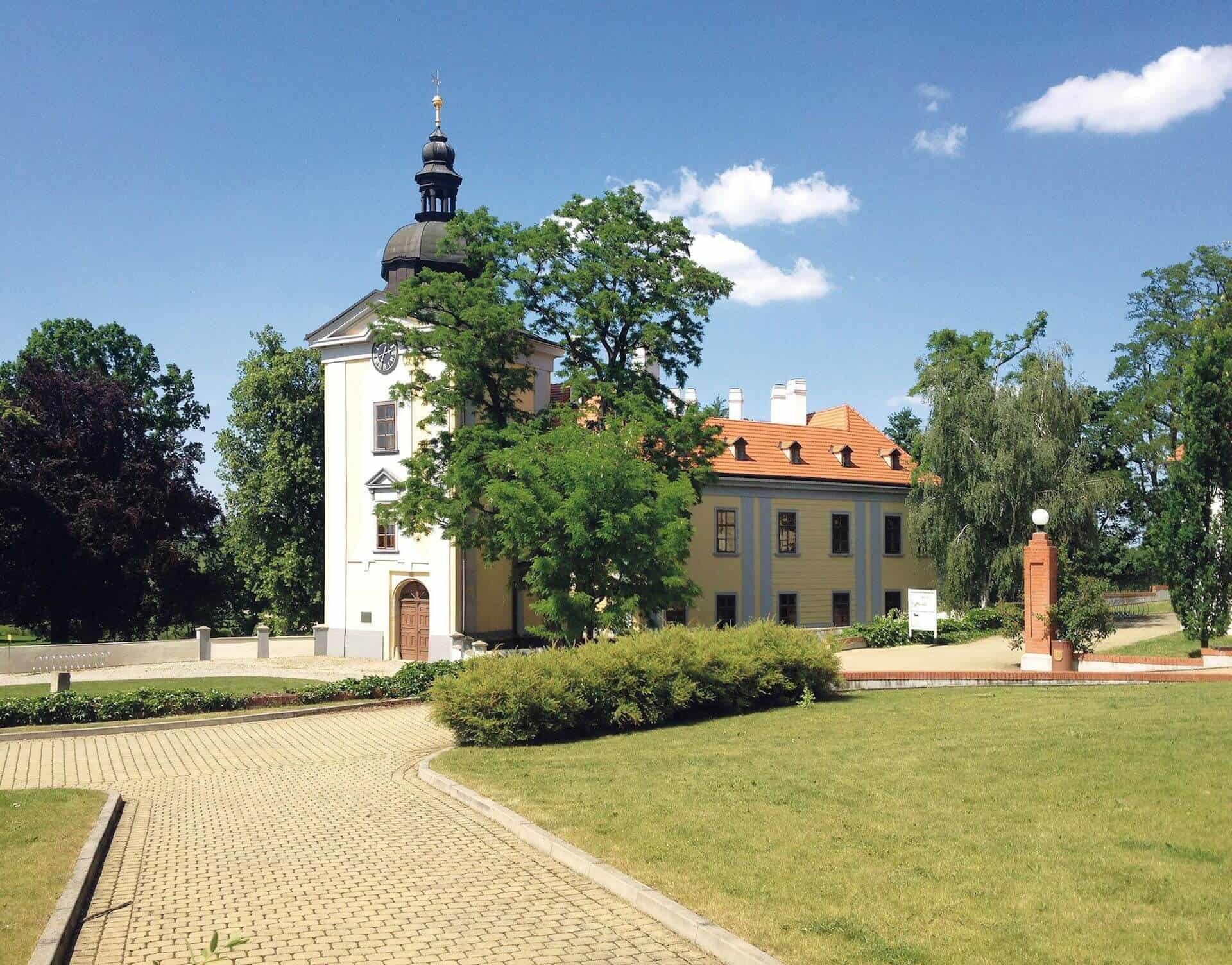 Zámecký areál Ctěnice - pohled na zámek