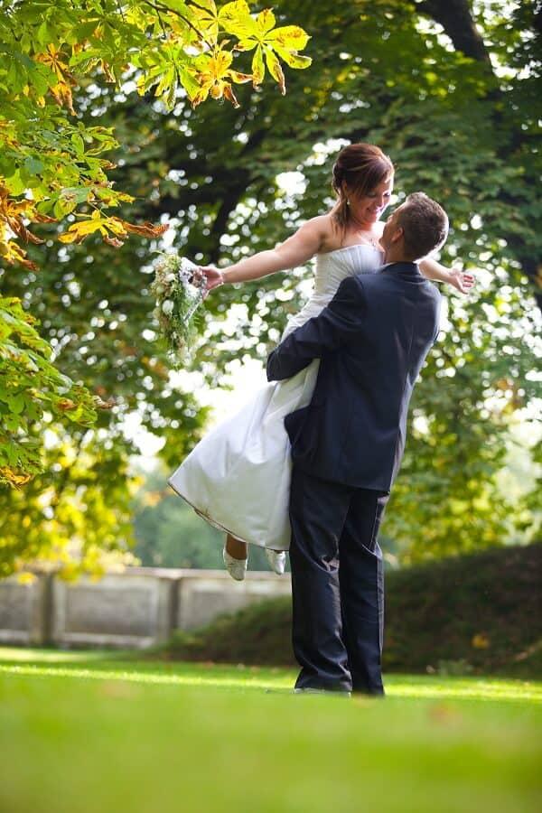 Zámek Lobeč - novomanželé v parku