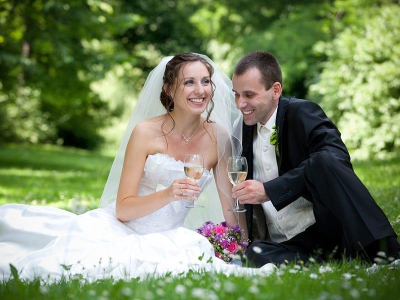 Novomanželé v parku