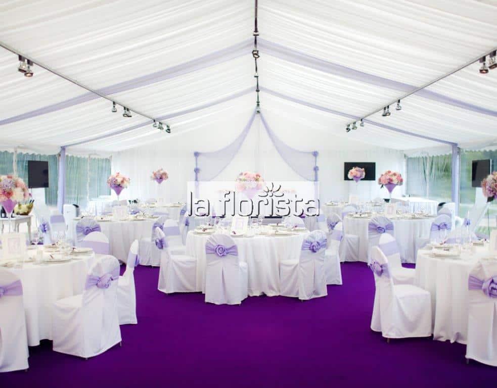 Svatební výzdoba párty stanu lila
