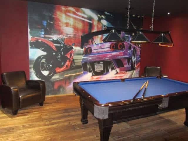 Bar pod zámkem kulečník před plakátem s auty