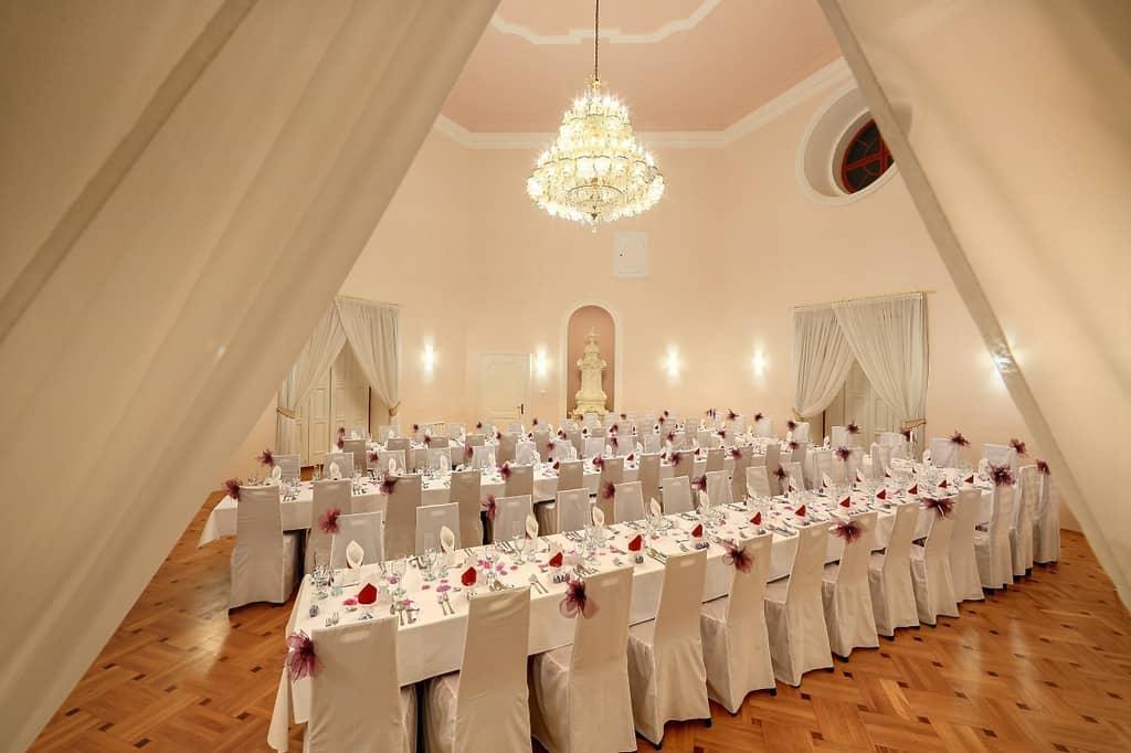 Zámek Bechyně svatební hostina bílá