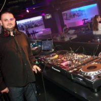 DJ na svatbu Mirek Vobora DJ se sluchátky a velkým mixpultem