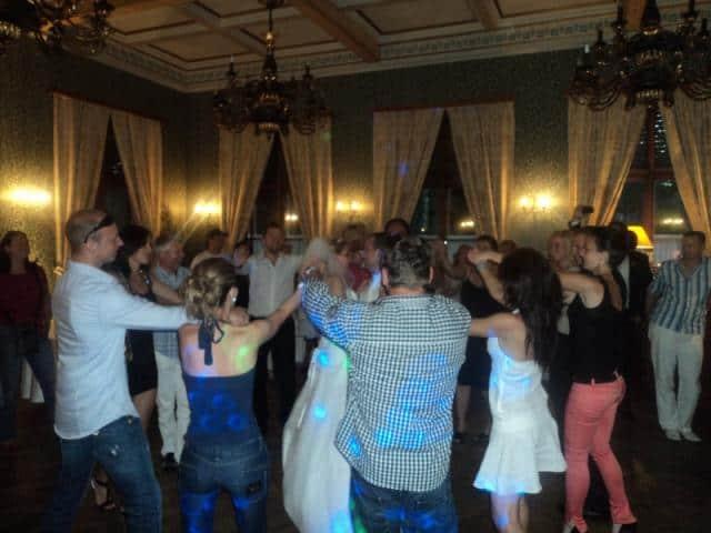 DJ na svatbu Mirek Vobora svatebčané na párty v sále