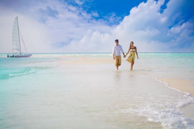 Dovolená snů s.r.o. snoubenci na pláži s plachetnicí