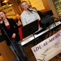 Dual music klavirista a zpěvačka