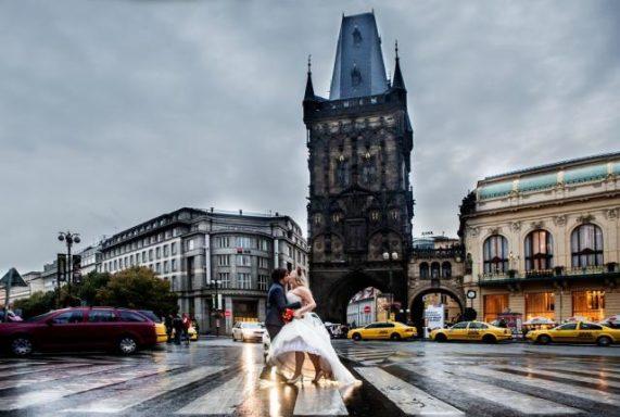 Foto Petr Pelucha snoubenci před prašnou bránou
