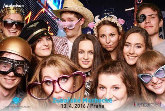 Fotobedna veselá parta s párty pozadím