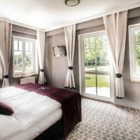 Hotel Nová amerika pokoj se záclonami