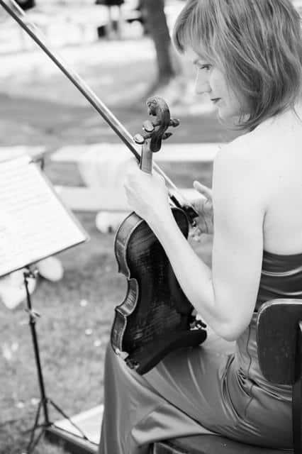 Hudba na svatbu černobílá houslistka