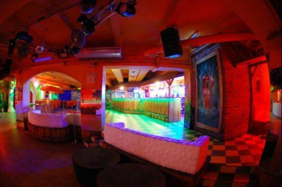 Muzic club Caribic barevně nasvicený celkový pohled