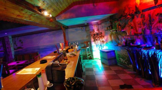 Muzic club Caribic barevně nasvicený prázdný bar