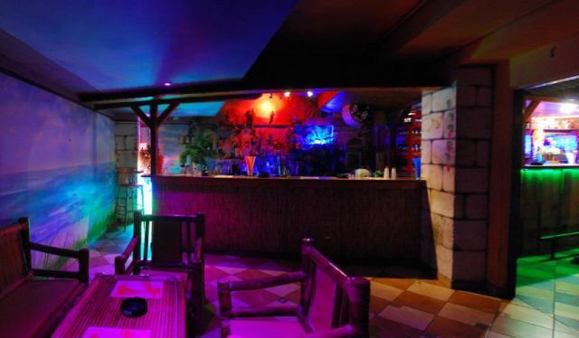 Muzic club Caribic barevně nasvícený zepředu