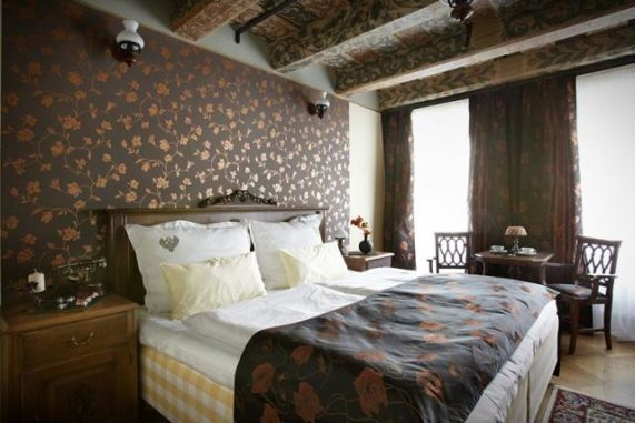 Residence U Černého Orla zámecká ložnice s malovaným stropem