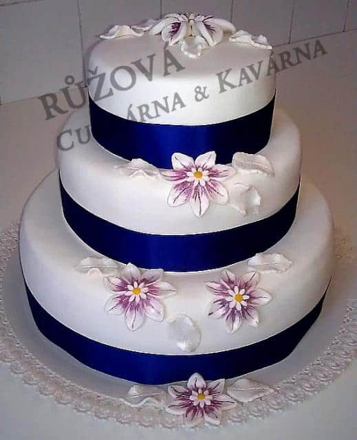 Růžová Cukrárna & Kavárna dort s modrou mašlí