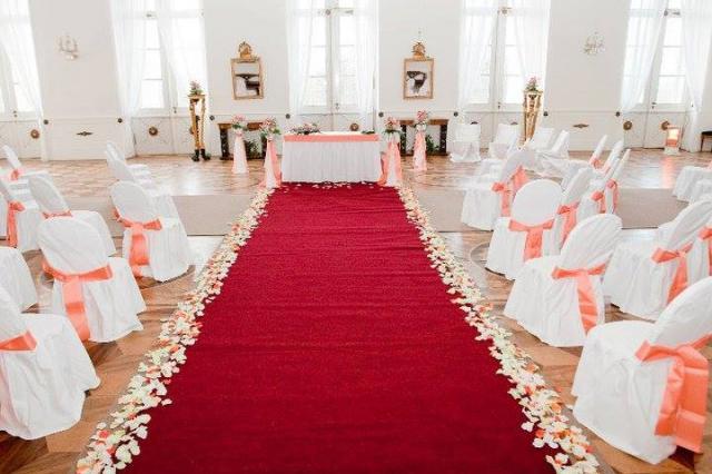 Svatba IN svatební sál s červeným kobercem