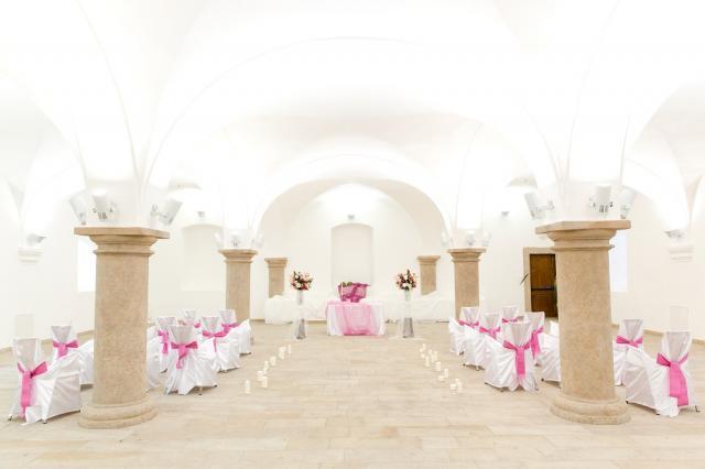 Svatba IN svatební sál bílá s růžovou