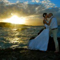 Svatba na Havaji západ slunce s manžely